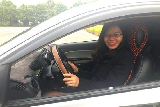 học viên vui vẻ tập lái xe